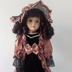 Muñecas Porcelana: MUÑECA DE PORCELANA DE 39 CM (CON PEANA). Lote 86205548
