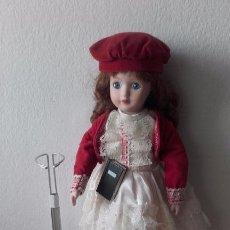 Muñecas Porcelana: MUÑECA DE PORCELANA DE 42 CM CON PEANA. Lote 86798348