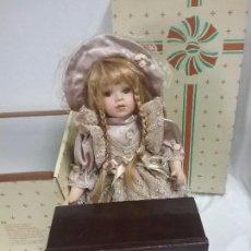 Muñecas Porcelana: MUÑECA DE PORCELANA ROYAL ART RA CON BANCO Y MESA - EN CAJA . Lote 88340420