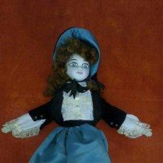 Muñecas Porcelana: MUÑECA MUY ANTIGUA DE PORCELANA CON TRAJE DE TERCIOPELO. Lote 89520148