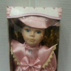 Muñecas Porcelana: MUÑECA DE PORCELANA. NUEVA EN CAJA. CON COLUMPIO. REGAL ARTS. REF 7 64354. 30 CM.. Lote 89526946