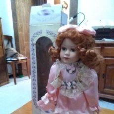 Muñecas Porcelana: PRECIOSA. MUÑECA DE PORCELANA. MEMORIES. PORCELAIN DOLL COLLECTIBLE CON SU CAJA. . Lote 90127352