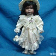 Muñecas Porcelana: MUÑECA DE PORCELANA DE 39 CM. CON UN PRECIOSO VESTIDO Y PAMELA A JUEGO + SOPORTE. Lote 91305470