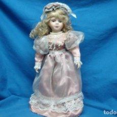 Muñecas Porcelana: MUÑECA DE PORCELANA DE 41 CM. CON UN PRECIOSO VESTIDO ROSA Y PAMELA A JUEGO + SOPORTE. Lote 91305980