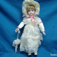 Muñecas Porcelana: MUÑECA DE PORCELANA DE 42 CM. CON UN PRECIOSO VESTIDO CON PAMELA Y SOMBRILLA A JUEGO. Lote 91306710