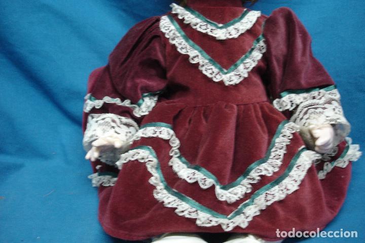Muñecas Porcelana: MUÑECA DE PORCELANA DE 27 cm. SENTADA CON UN PRECIOSO VESTIDO TIPO TERCIOPELO - Foto 3 - 91337005