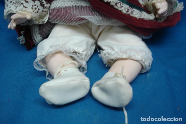 Muñecas Porcelana: MUÑECA DE PORCELANA DE 27 cm. SENTADA CON UN PRECIOSO VESTIDO TIPO TERCIOPELO - Foto 4 - 91337005