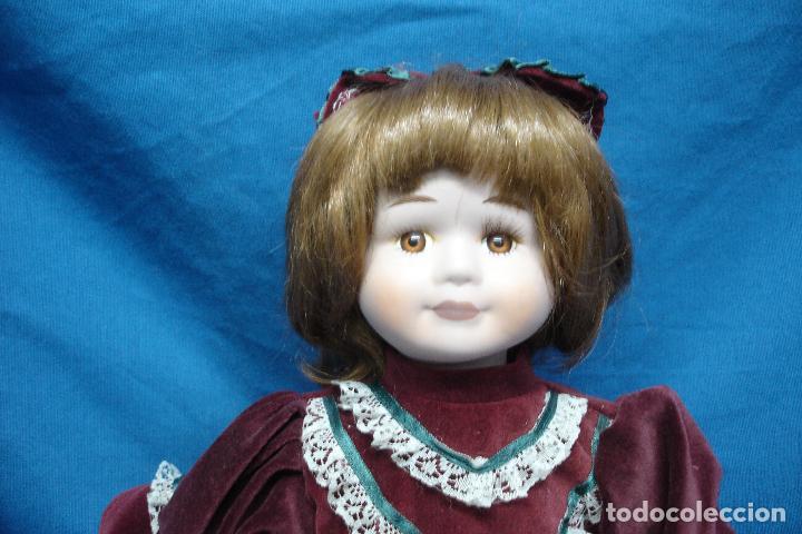 Muñecas Porcelana: MUÑECA DE PORCELANA DE 27 cm. SENTADA CON UN PRECIOSO VESTIDO TIPO TERCIOPELO - Foto 5 - 91337005