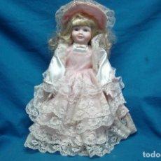 Muñecas Porcelana: MUÑECA DE PORCELANA DE 40 CM. CON UN PRECIOSO VESTIDO ROSA Y SOMBRERO A JUEGO. Lote 91338530