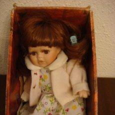 Muñecas Porcelana: MUÑECA EN PORCELANA DOLL CHAQUETA ROSA (#). Lote 91389050