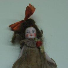 Muñecas Porcelana: PEQUEÑA MUÑECA DE PORCELANA MIDE 8 CM , AÑO 1910-1920 APROX.. Lote 91850030
