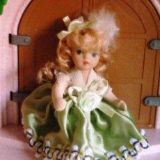 Muñecas Porcelana: MUÑECA DE PORCELANA EN MINIATURA (8 CM) MUÑEQUITA TODA DE PORCELANA - ARTICULADA BRAZOS Y PIERNAS. Lote 95864223
