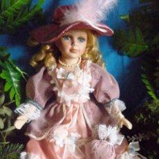 Muñecas Porcelana: MUÑECA DE PORCELANA DE 40 CM - CON VESTIDO DE ÉPOCA ESTILO VICTORIANO EN COLOR ROSA PALO - VER FOTOS. Lote 95873171