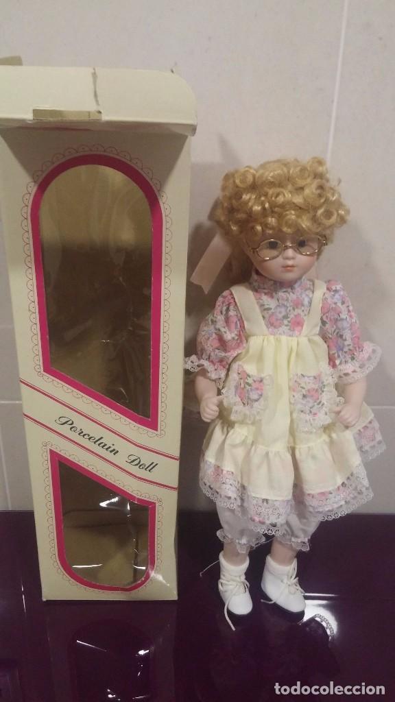 Muñecas Porcelana: Muñeca porcelana con gafas - Porcelain Doll - En caja original - Foto 10 - 99843951