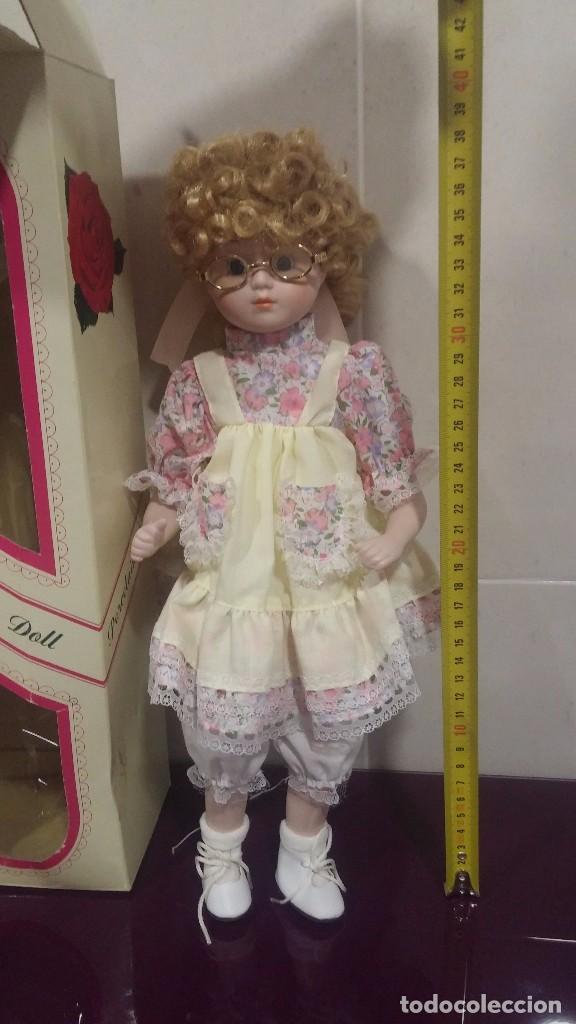 Muñecas Porcelana: Muñeca porcelana con gafas - Porcelain Doll - En caja original - Foto 11 - 99843951