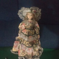 Muñecas Porcelana: BONITA MUÑECA DE PORCELANA CON VESTIDO Y PIE DE 46 CENTIMETROS. Lote 101162568