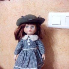 Muñecas Porcelana: PRECIOSA MUÑECA DE PORCELANA CON SOPORTE AÑOS 80.. Lote 101321403