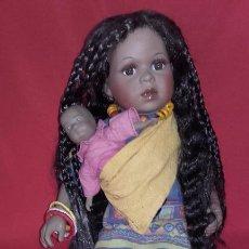 Muñecas Porcelana: MUÑECA NEGRITA DE PORCELANA 42 CM, CON SU BEBÉ. Lote 101627851