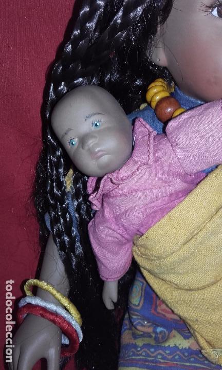Muñecas Porcelana: Muñeca negrita de porcelana 42 cm, con su bebé - Foto 2 - 101627851