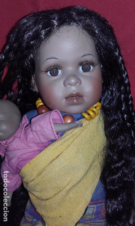 Muñecas Porcelana: Muñeca negrita de porcelana 42 cm, con su bebé - Foto 3 - 101627851