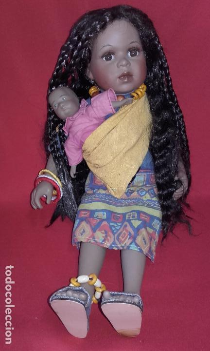 Muñecas Porcelana: Muñeca negrita de porcelana 42 cm, con su bebé - Foto 5 - 101627851
