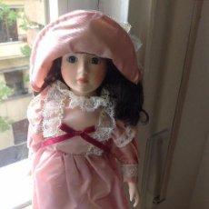 Muñecas Porcelana: MUÑECA ARTESANA PORCELANA CON VESTIDO HECHO A MANO. Lote 103732971