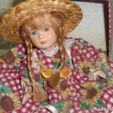 Muñecas Porcelana: MUÑECA PEQUEÑA DE PORCELANA CON SU BAÚL.. Lote 105439343