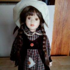 Muñecas Porcelana: MUÑECA DE PORCELANA CON ACCESORIOS EN TEXTIL,ARTICULO DE DECORACIÓN. Lote 105646227