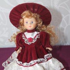 Muñecas Porcelana: MUÑECA DE PORCELANA 20 CM-CON TRAJE DE EPOCA-VINTAGE. Lote 105861395
