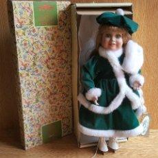 Muñecas Porcelana: ANTIGUA MUÑECA PORCELANA NAVIDAD CON PATINES COLECCIÓN ALBERON DOLLS LONDON UK EN SU CAJA. Lote 105913087