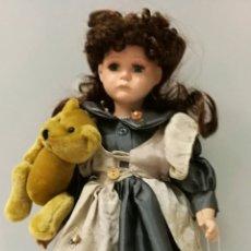 Muñecas Porcelana: MUÑECA LLORANDO CON SU PELUCHE. Lote 106546140