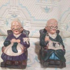 Muñecas Porcelana: PAREJA DE ANZIANOS EN MECEDORA AÑOS 60. Lote 106579215