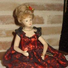 Muñecas Porcelana: MUÑECA DE PORCELANA SENTADA,CON TRAJE DE FIESTA.. Lote 106647991
