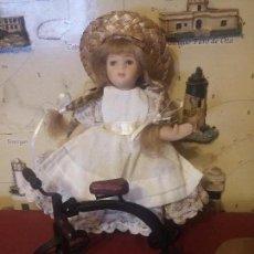 Muñecas Porcelana: MUÑECA Y TRICICLO DE LOS ALMACENES HARROSD. Lote 107726147