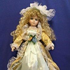 Muñecas Porcelana: MUÑECA DE PORCELANA DE 50 CM EN CAJA CON SOPORTE.. Lote 108338019