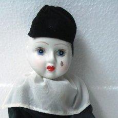 Muñecas Porcelana: ARLEQUÍN PIERROT DE PORCELANA Y CUERPO DE TRAPO. LONGITUD 30 CM, NUEVO EN PERFECTO ESTADO.. Lote 112455043