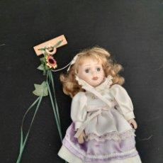 Muñecas Porcelana: MUÑECA PORCELANA CON COLUMPIO. Lote 112986454