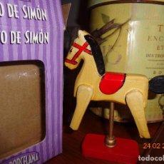 Muñecas Porcelana: COL. MUÑECAS DE PORCELANA CABALLITO SIMON DE MADERA, EN SU CAJA, COMO NUEVA 18 CTMS.. Lote 113401487