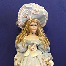 Muñecas Porcelana: PRECIOSA MUÑECA DE PORCELANA LEONARDO,EN 65 CM,MAS EL GORRO.CON SOPORTE.. Lote 188522740