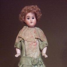 Muñecas Porcelana: MUÑECA PORCELANA SOBRE PEDESTAL ATERCIOPELADO CON CAMAFEO 29CM TOTAL. Lote 113659930