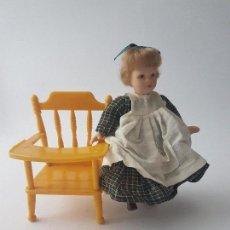 Muñecas Porcelana: PEQUEÑA MUÑECA DE PORCELANA CON SILLA TRONA. Lote 114638247