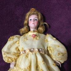Muñecas Porcelana: MUÑECA ANTIGUA DE PORCELANA , SELLADA AL REVERSO 9/6 . Lote 114996015