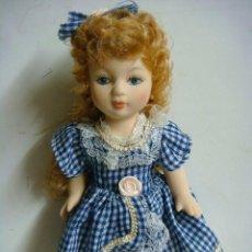 Bambole Porcellana: MUÑECA TODA EN PORCELANA VESTIDO CUADROS EN AZUL MARINO. Lote 115316695
