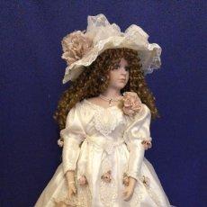 Muñecas Porcelana: MUÑECA DE PORCELANA DE 76 CM CON SOPORTE. Lote 118495287