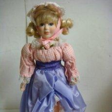 Bambole Porcellana: MUÑECA EN PORCELANA TRAJE CUADRO EN ROSA FALDA MORADA (#). Lote 118731491