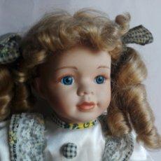 Muñecas Porcelana: PRECIOSA MUÑECA DE PORCELANA EN POSICIÓN SENTADA ESTILO ANTIGUA PARA DECORACIÓN MODA INFANTIL. Lote 121373123