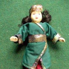 Muñecas Porcelana: MUÑECA DE PORCELANA 22 CM. VESTIDOS DEL MUNDO. Lote 122088395