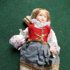 Muñecas Porcelana: MUÑECA DE PORCELANA 22 CM. VESTIDOS DEL MUNDO. Lote 122088451