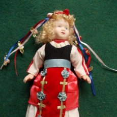 Muñecas Porcelana: MUÑECA DE PORCELANA 22 CM. VESTIDOS DEL MUNDO. Lote 122088651