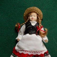 Muñecas Porcelana: MUÑECA DE PORCELANA 22 CM. VESTIDOS DEL MUNDO. Lote 122088731